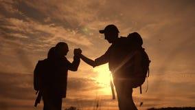 Η έννοια επιχειρησιακών ταξιδιών ομαδικής εργασίας κερδίζει Επιτυχία χεριών κουνημάτων τρόπου ζωής βοήθειας σκιαγραφιών ηλιοβασιλ απόθεμα βίντεο