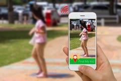 Η έννοια εφαρμογής Smartphone App και του έξυπνου ρολογιού για να βρεί μαζί έχασε το παιδί χρησιμοποιώντας την ασύρματη τεχνολογί Στοκ φωτογραφία με δικαίωμα ελεύθερης χρήσης