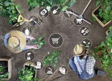 Η έννοια ηλεκτρονικού εμπορίου εξοπλισμού κηπουρικής, τα σε απευθείας σύνδεση εικονίδια αγορών, ο άνδρας και η γυναίκα λειτουργού στοκ εικόνες