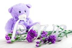 Η έννοια ημέρας βαλεντίνων ` s με το παιχνίδι αντέχει, αγάπη επιστολών και λουλούδι, Στοκ Εικόνα