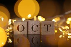 Η έννοια μήνα, μπροστινή άποψη παρουσιάζει ξύλινο γραπτό φραγμός Οκτώβριο με το λι Στοκ Εικόνες