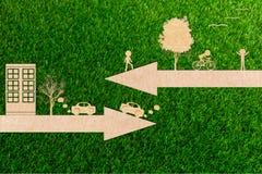 Η έννοια οικολογίας πηγαίνει πράσινα ποδήλατα καθαρής ενέργειας περιβάλλοντος και τα αυτοκίνητα μολύνουν στοκ εικόνες