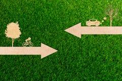 Η έννοια οικολογίας του εγγράφου έκοψε τα ποδήλατα καθαρής ενέργειας και τα αυτοκίνητα μολύνουν Στοκ Φωτογραφίες