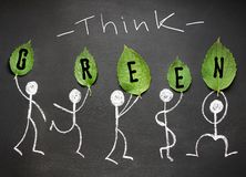 η έννοια πράσινη σκέφτεται Άνθρωποι σχεδίων κιμωλίας με τα φρέσκα φύλλα στο β στοκ εικόνες