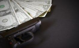 Η έννοια πυροβόλων όπλων και χρημάτων Στοκ φωτογραφίες με δικαίωμα ελεύθερης χρήσης