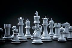 Η έννοια σκακιού σώζει το βασιλιά Στοκ Φωτογραφίες