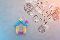 Η έννοια σπιτιών με το πλαστικό εμποδίζει το παιχνίδι με την περικοπή εγγράφου επίπλων Στοκ εικόνα με δικαίωμα ελεύθερης χρήσης