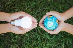 η έννοια σώζει την ενέργεια για πράσινο στοκ φωτογραφίες