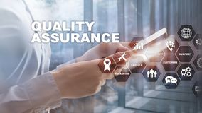 Η έννοια της εξασφάλισης ποιότητας και του αντίκτυπου στις επιχειρήσεις Ποιοτικός έλεγχος Εγγύηση υπηρεσιών Μικτά μέσα στοκ εικόνες