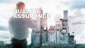 Η έννοια της εξασφάλισης ποιότητας και του αντίκτυπου στις επιχειρήσεις Ποιοτικός έλεγχος Εγγύηση υπηρεσιών r στοκ εικόνα