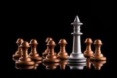 Η έννοια της ηγεσίας και της νίκης με το βασιλιά σκακιού Στοκ Εικόνες