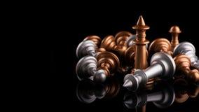 Η έννοια της ηγεσίας και της νίκης με το βασιλιά σκακιού Στοκ φωτογραφία με δικαίωμα ελεύθερης χρήσης
