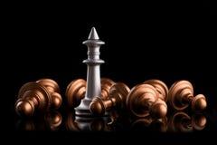 Η έννοια της ηγεσίας και της νίκης με το βασιλιά σκακιού Στοκ Φωτογραφία