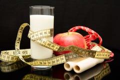 Η έννοια της διατροφής, σχοινί, ποτήρι του γάλακτος, μετρητής, μήλο Στοκ Εικόνες