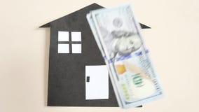 Η έννοια της οικογένειας, της κατασκευής και του δανεισμού υποθηκών Πτώση δολαρίων σε μια βόμβα εγγράφου φιλμ μικρού μήκους