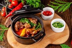 Η έννοια της σερβικής κουζίνας Juicy ψημένο βόειο κρέας στο χυμό του με τις πατάτες, τα λαχανικά και τα πράσινα Εξυπηρετήστε σε μ στοκ φωτογραφίες