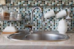 Η έννοια της σπάταλης χρήσης του νερού Ανοικτό να ρίξει στροφίγγων κουζινών νερό Στοκ φωτογραφίες με δικαίωμα ελεύθερης χρήσης