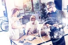 Η έννοια της ψηφιακής οθόνης, εικονικό εικονίδιο σύνδεσης, διάγραμμα, γραφική παράσταση διασυνδέει Νέοι συνάδελφοι ομάδων που κατ Στοκ εικόνες με δικαίωμα ελεύθερης χρήσης