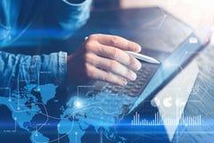 Η έννοια του εικονικού διαγράμματος, γραφική παράσταση διασυνδέει, ψηφιακή επίδειξη, συνδέσεις, εικονίδια στατιστικών Άτομο που χ Στοκ φωτογραφία με δικαίωμα ελεύθερης χρήσης