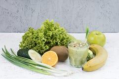 Η έννοια του καθαρισμού από την αποτοξίνωση, τα συστατικά ενός πράσινου φυτικού κοκτέιλ Φυσικός, οργανικός υγιής χυμός μέσα στοκ εικόνα με δικαίωμα ελεύθερης χρήσης