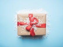 Η έννοια του νέου έτους, ένα κιβώτιο με ένα δώρο, παιχνίδια Χριστούγεννο-δέντρων σχεδιάζεται σε ένα μπλε υπόβαθρο με το επίπεδο χ στοκ φωτογραφία με δικαίωμα ελεύθερης χρήσης