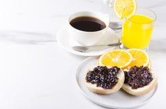 Η έννοια του νόστιμου breakfastFresh έψησε το κουλούρι με τη γλυκιά μαρμελάδα, το χυμό από πορτοκάλι και το φλιτζάνι του καφέ Μεγ στοκ φωτογραφίες με δικαίωμα ελεύθερης χρήσης
