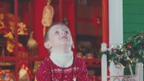 Η έννοια του παιδιού είναι ευτυχής επειδή Χριστούγεννα και χιόνι απόθεμα βίντεο