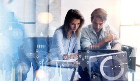 Η έννοια του ψηφιακού διαγράμματος, γραφική παράσταση διασυνδέει, εικονική οθόνη, εικονίδιο συνδέσεων Δύο νέοι επιχειρηματίες που Στοκ Φωτογραφίες