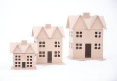 Η έννοια, το σπίτι από το χαρτόνι, που απομονώθηκε σε ένα λευκό Στοκ εικόνα με δικαίωμα ελεύθερης χρήσης