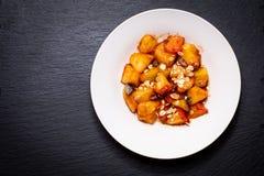 Η έννοια τροφίμων τηγάνισε την κόκκινη οργανική Apple που τεμαχίστηκε με την κανέλα, ζάχαρη Στοκ εικόνα με δικαίωμα ελεύθερης χρήσης