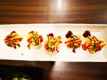 Η έννοια τροφίμων, Takoyaki είναι ένα ιαπωνικό πρόχειρο φαγητό με μορφή του littl Στοκ Φωτογραφίες