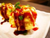 Η έννοια τροφίμων, Takoyaki είναι ένα ιαπωνικό πρόχειρο φαγητό με μορφή του littl Στοκ εικόνες με δικαίωμα ελεύθερης χρήσης