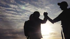 Η έννοια τρόπου ζωής επιχειρησιακών ταξιδιών ομαδικής εργασίας κερδίζει επιτυχία χεριών κουνημάτων βοήθειας σκιαγραφιών ηλιοβασιλ φιλμ μικρού μήκους