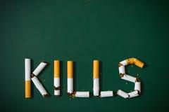 η έννοια τσιγάρων αίματος απομόνωσε τις θανατώσεις καπνίζοντας το λευκό Στοκ Φωτογραφία
