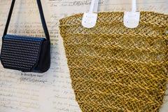 Η έννοια των αγορών Τσάντες αγορών Ψάθινη τσάντα για τα προϊόντα στοκ φωτογραφία με δικαίωμα ελεύθερης χρήσης
