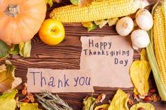 Η έννοια φθινοπώρου των λαχανικών βλέπει άνωθεν σε μια τσάντα και έναν καφετή ξύλινο πίνακα Ημέρα των ευχαριστιών Στοκ Εικόνες