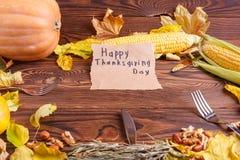 Η έννοια φθινοπώρου των λαχανικών βλέπει άνωθεν σε μια τσάντα και έναν καφετή ξύλινο πίνακα Ημέρα των ευχαριστιών Στοκ Φωτογραφίες