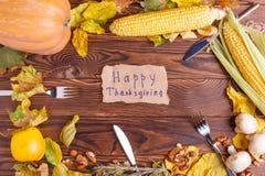 Η έννοια φθινοπώρου των λαχανικών βλέπει άνωθεν σε μια τσάντα και έναν καφετή ξύλινο πίνακα Ημέρα των ευχαριστιών Στοκ Εικόνα