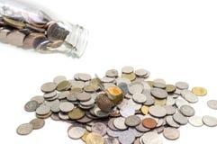 Η έννοια χρημάτων αποταμίευσης της συλλογής των νομισμάτων στο μπουκάλι γυαλιού απομονώνει Στοκ εικόνα με δικαίωμα ελεύθερης χρήσης