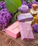 Η έννοια aromatherapy - σαπούνι και λουλούδια Στοκ Φωτογραφία