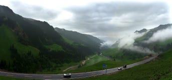 Η έννοια Tianshan του σύννεφου - καλύψτε να επιπλεύσει στα βουνά Στοκ εικόνα με δικαίωμα ελεύθερης χρήσης