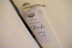 Η ένωση σημαδιών πορτών σε μια λαβή πορτών διαβάζει ότι ` δεν ενοχλεί, νύφη που παίρνει έτοιμο ` στοκ φωτογραφία με δικαίωμα ελεύθερης χρήσης