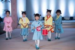 Η ένδυση-μόδα των δέκατων πέμπτων παιδιών σειράς παρουσιάζει Στοκ Φωτογραφία