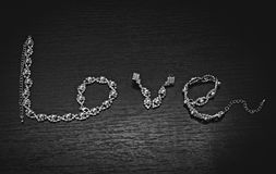 Η λέξη η αγάπη λέξης είναι ευθυγραμμισμένη με το κόσμημα Στοκ Εικόνες