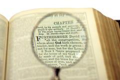 Η λέξη Θεών έρχεται μεγαλύτερος κάτω από πιό magnifier Στοκ Εικόνες
