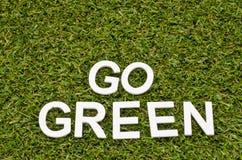 Η λέξη πηγαίνει πράσινος που γίνεται από το ξύλο στην τεχνητή χλόη Στοκ φωτογραφία με δικαίωμα ελεύθερης χρήσης