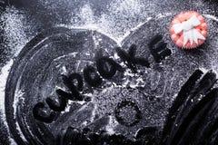Η λέξη cupcake σε ένα μαύρο υπόβαθρο στοκ εικόνες