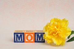 Η λέξη mom που συλλαβίζουν με τους φραγμούς αλφάβητου Στοκ εικόνες με δικαίωμα ελεύθερης χρήσης