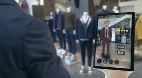 Η έξυπνη λιανική φουτουριστική έννοια τεχνολογίας Iot, ευτυχές άτομο προσπαθεί να χρησιμοποιήσει την έξυπνη επίδειξη με την εικον στοκ εικόνα με δικαίωμα ελεύθερης χρήσης