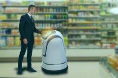 Η έξυπνη ρομποτική έννοια τεχνολογίας, το customerr ακολουθεί ένα ρομπότ υπηρεσιών σε μια έξυπνη λιανική πώληση στο πολυκατάστημα στοκ εικόνες